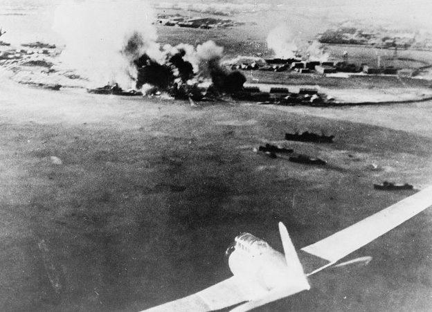 Японские самолеты заходят на бомбардировку. Снизу справа японский торпедоносец «Вэл». 7 декабря 1941 г.