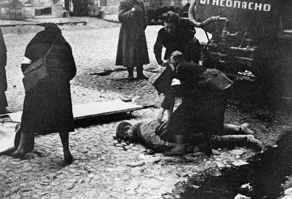 Санитарки оказывают помощь пострадавшим от обстрела на Социалистической улице. 10 сентября 1941 г.