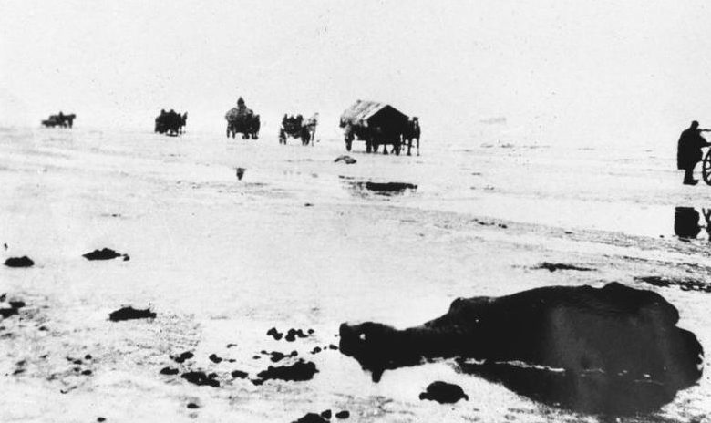 Беженцы на льду Балтийского моря. Февраль 1945 г.