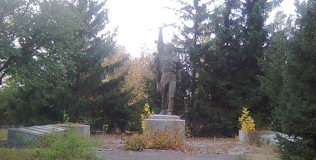 с. Юхны Мироновского района. Памятник, установленный на братской могиле воинов, погибших в годы войне.