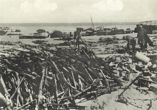 Гора винтовок, оставленных на пляже Дюнкерка.
