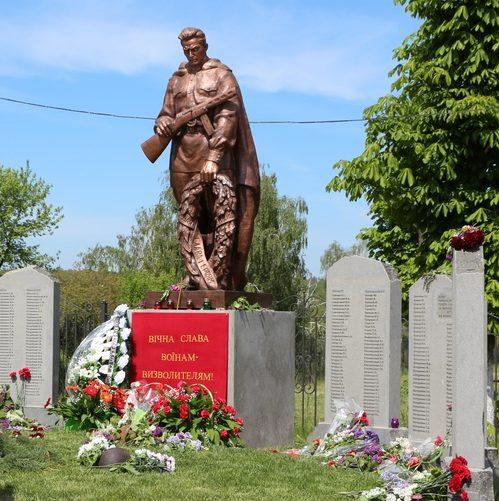 с. Хотов Киево-Святошинского р-на. Памятник воинам, погибшим в годы войны.