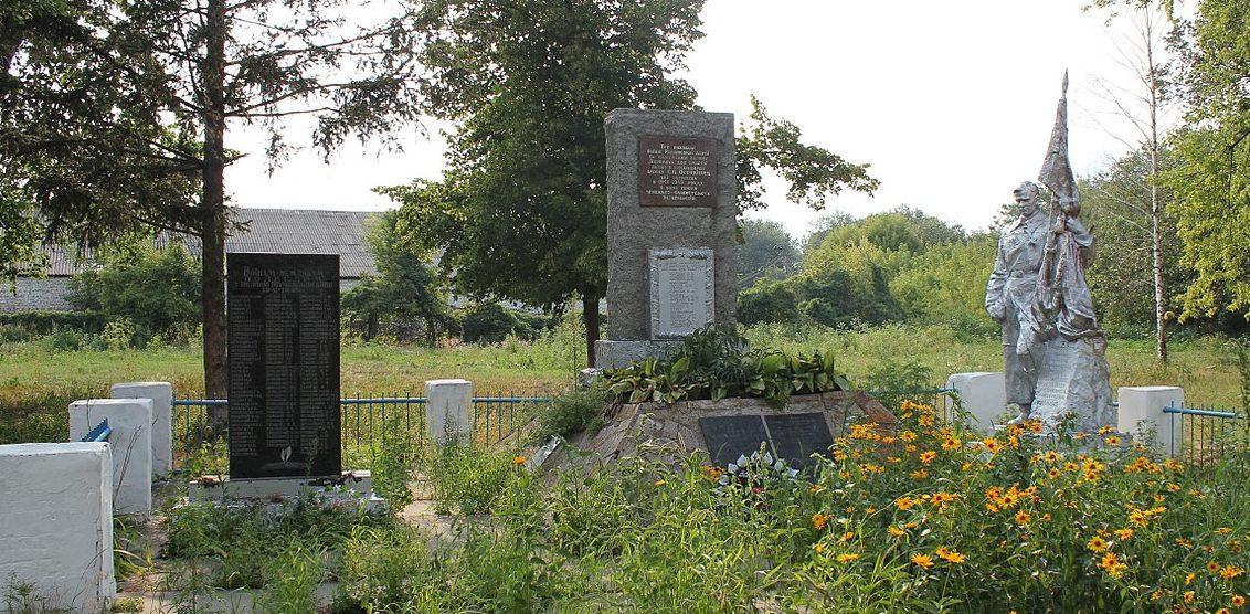 с. Кулябивка Яготинского р-на. Памятник односельчанам, погибшим в годы войны.
