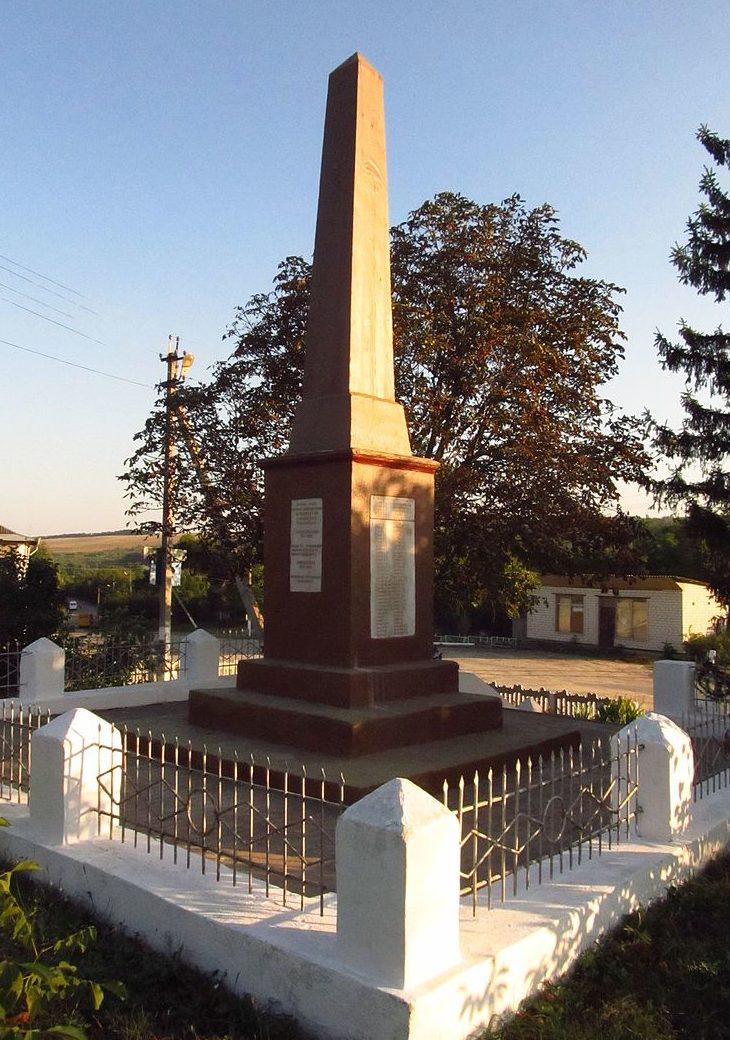 с. Обжилое Балтского р-на. Обелиск у Дома культуры, установленный в 1968 году в честь 230 воинов-односельчан, погибших в годы войны.