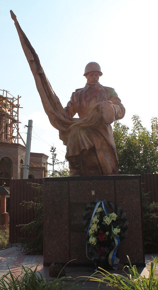 г. Ирпень. Памятник по улице Поповича, установленный в 1949 году на братской могиле воинов, погибших в годы войны.