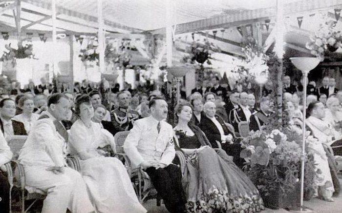 В центре – Ольга Чехова и Адольф Гитлер.