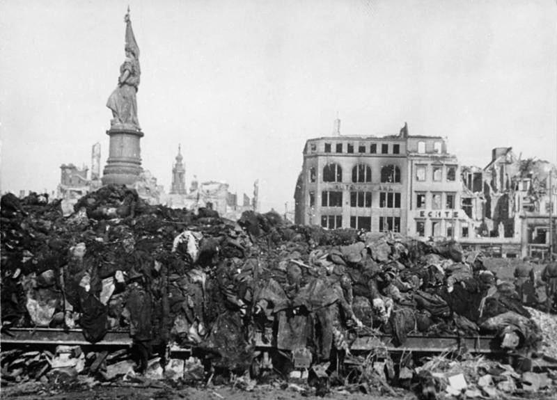 Сложенные для сжигания тела жителей Дрездена на площади Альтмаркт. Февраль 1945 г.