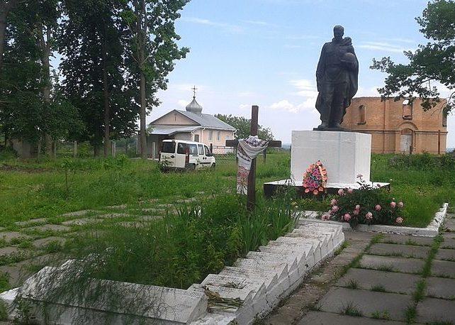 с. Витачов Обуховского р-на. Памятник в центре села, установленный в 1956 году на братской могиле воинов, погибшим в годы войны.