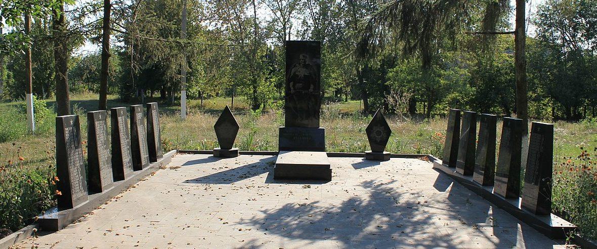 с. Нычыпоривка Яготинского р-на. Памятник, установленный на братской могиле воинов, погибших в годы войны.
