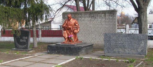 г. Белая Церковь. Памятник на кладбище по улице Суворова, установленный на братской могила воинов, погибших в боях за город.