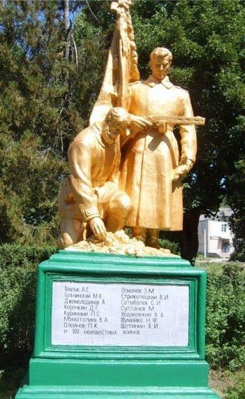 с. Лабушное Кодымского р-на. Памятник погибшим воинам.