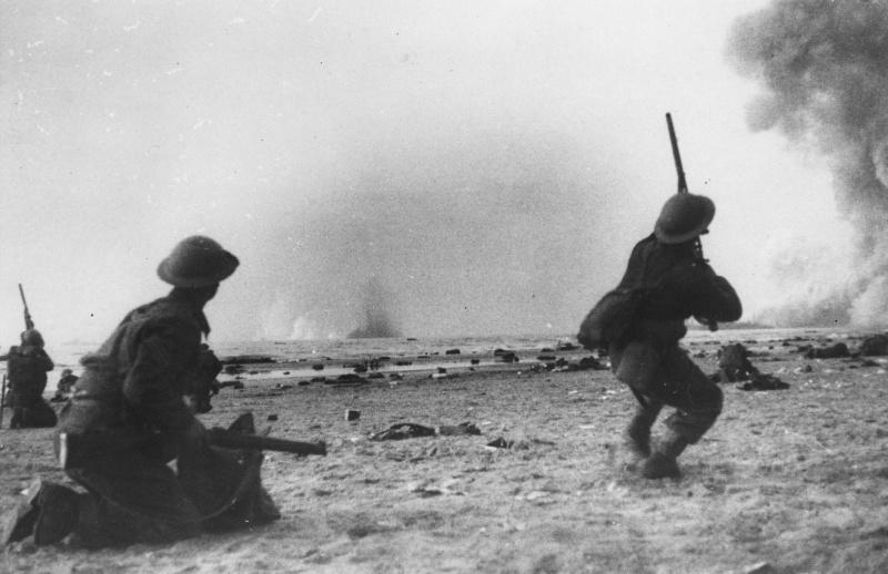 Британские солдаты ведут огонь по немецким самолётам, бомбящим пляж. Дюнкерк, 30 мая 1940 г.