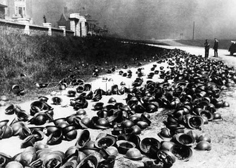 Французские каски, брошенные на побережье Дюнкерка.