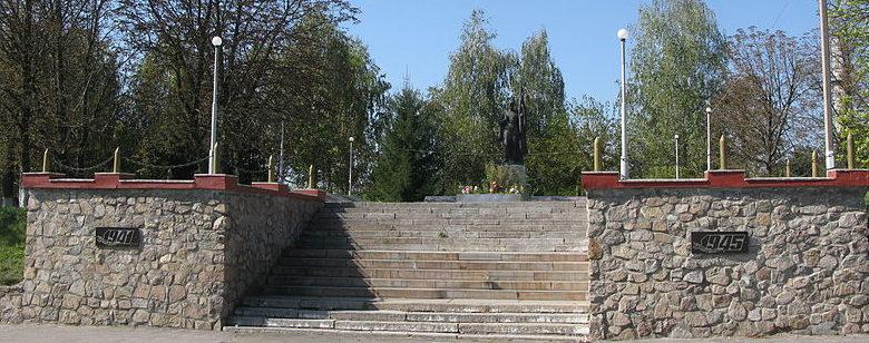 с. Германовка Обуховского р-на. Памятник, установленный в 1995 году на братской могиле воинов, погибших в годы войны.