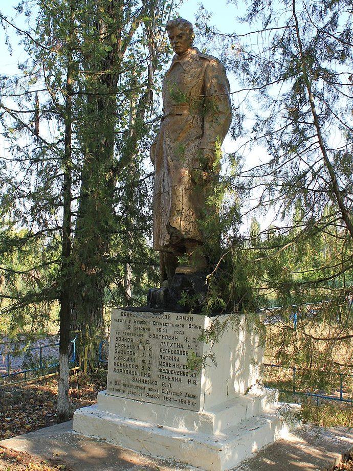 с. Панфилы Яготинского р-на. Памятник, установленный на братской могиле воинов, погибших в годы войны.