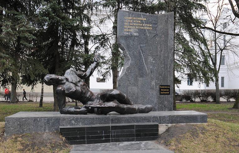 г. Белая Церковь. Памятник сотрудникам и студентам сельхозинститута, установленный в 1977 году на площади Соборной, погибшим в годы войны.