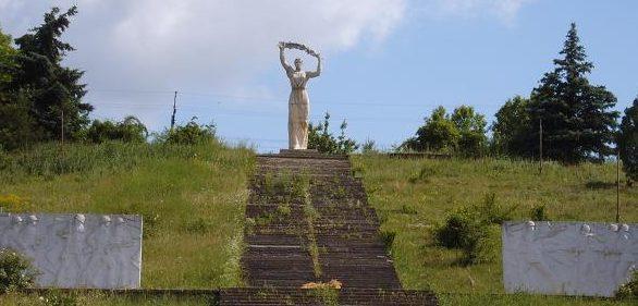 с. Лабушное Кодымского р-на. Памятник у дома культуры, установлен на братской могиле, в которой похоронены 125 воинов, погибших в годы войны.