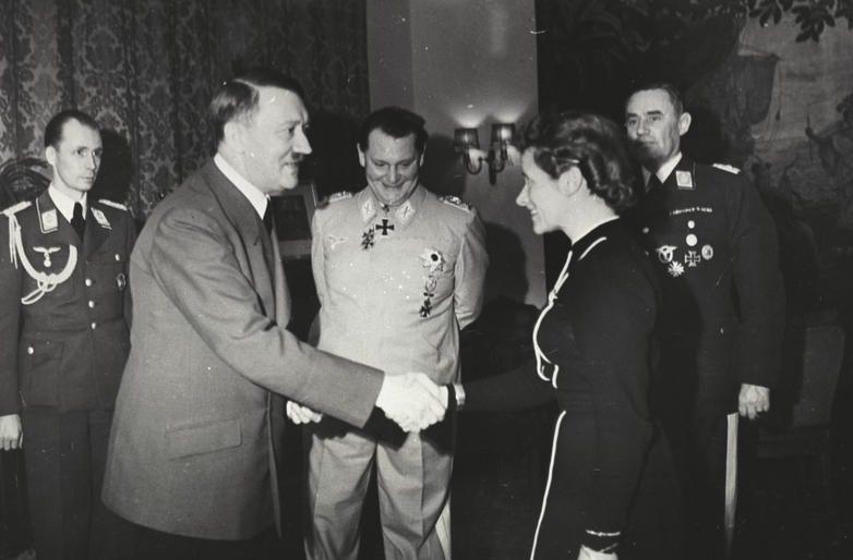 Гитлер награждает Хану Рейч.