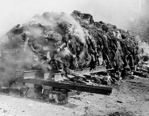 Сжигание тел погибших. Февраль 1945 г.