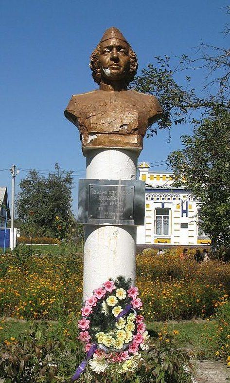 с. Германовка Обуховского р-на. Бюст Ковальчук О.Б. - сестры милосердия, установленный на территории школы в 1996 году.