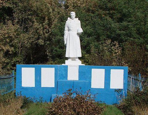 с. Сулимовка Яготинского р-на. Памятник возле Дома культуры, установленный в 1955 году на братской могиле воинов, погибшим в годы войны.