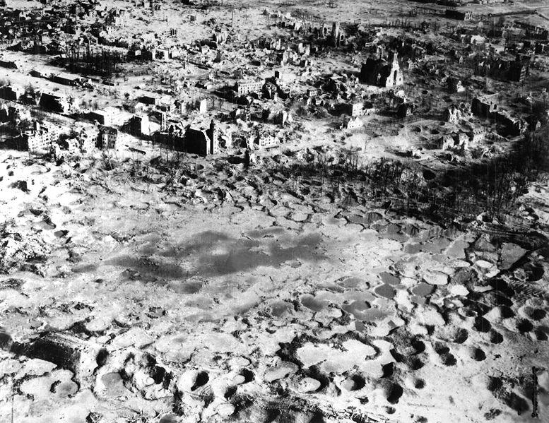 «Лунный пейзаж» города после налета. 15 февраля 1945 г.