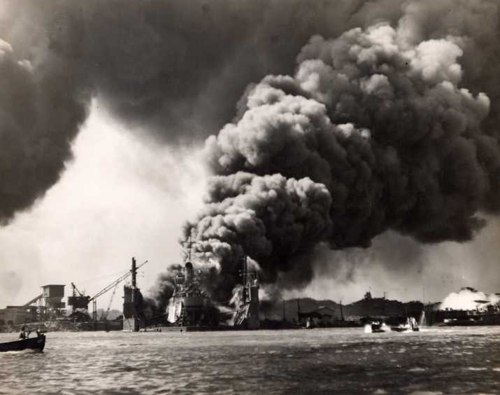 Горящие суда в Перл-Харборе. 7 декабря 1941 г.