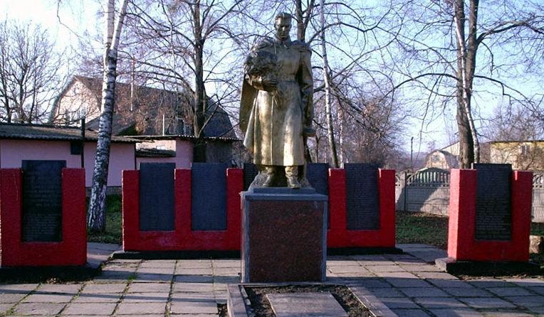 г. Ирпень (Гостомель). Мемориал на братской могиле, в которой похоронено 35 воинов, в т.ч. 24 неизвестных, погибших в годы войны. Здесь же размещены мемориальные доски с именами погибших односельчан.