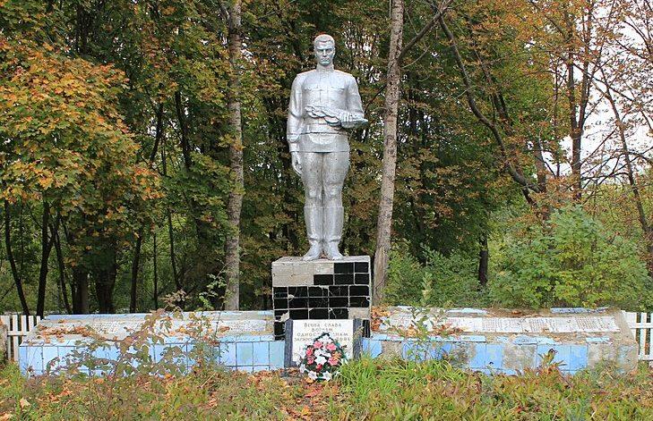 с. Положаи Переяслав-Хмельницкого р-на. Памятник у дома культуры, установленный в 1969 году воинам-односельчанам, погибшим в годы войны.