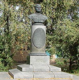 с. Сулимовка Яготинского р-на. Бюст дважды Героя Советского Союза Кравченко А.Г., установленный в 1948 году возле школы.