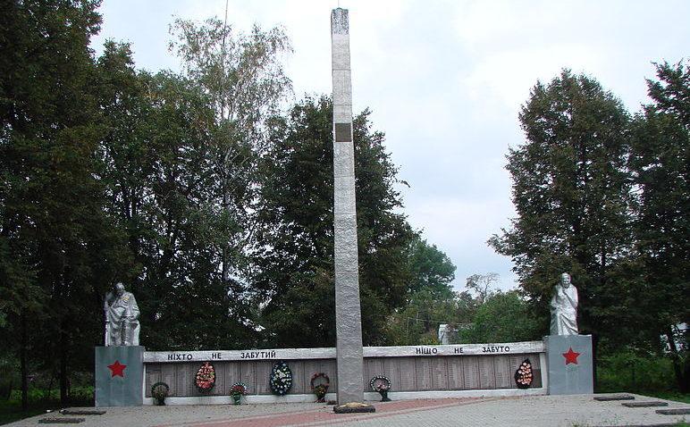 с. Гоголев Броварского р-на. Памятник у сельского совета, установленный воинам-односельчанам, погибшим в годы войны.