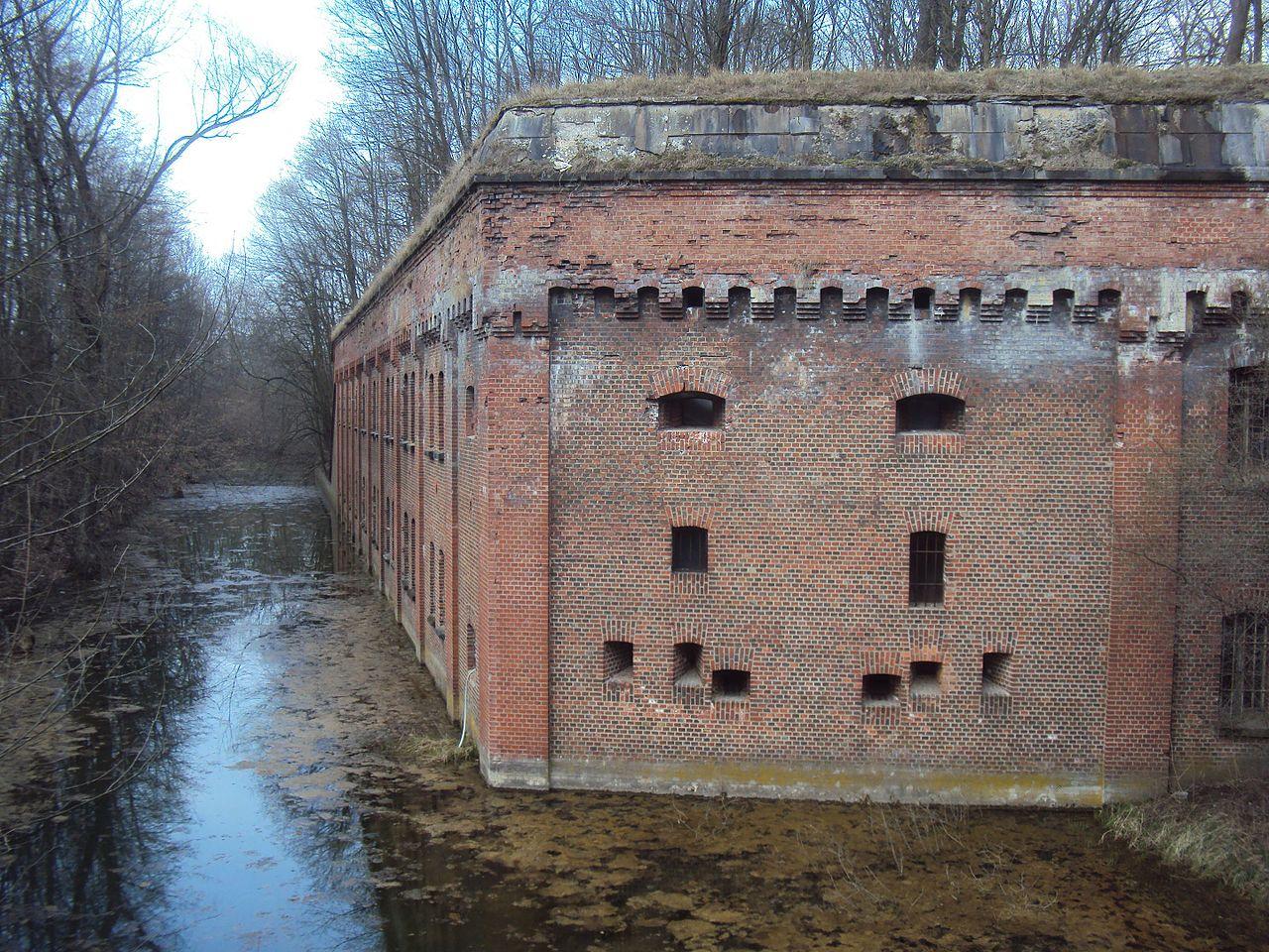 Ров с водой у бастионных стен.