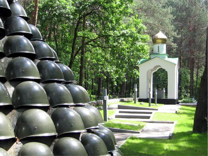Памятник и часовня на мемориале.