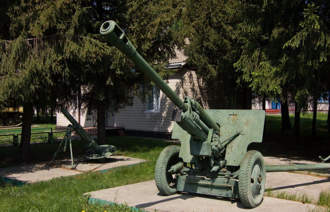 с. Сулимовка Яготинского р-на. Орудие, установленное возле клуба, в память о прошедшей войне.