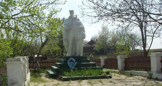 с. Шершенцы Кодымского р-на. Памятник землякам, погибшим в годы войны.