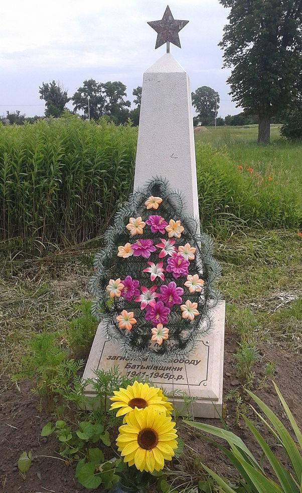 с. Заря Броварского р-на. Обелиск у Дома культуры, установленный в 1979 году воинам-односельчанам, погибшим в годы войны.