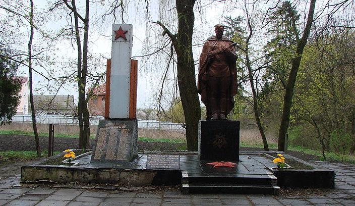 с. Шпитьки Киево-Святошинского р-на. Памятник, установлен в 1966 году, воинам, погибшим во время войны. Здесь же находится памятный знак погибшим односельчанам.