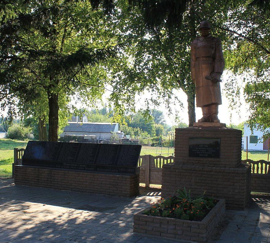 с. Райкивщина Яготинского р-на. Памятник, установленный на братской могиле воинов, погибших в годы войны.