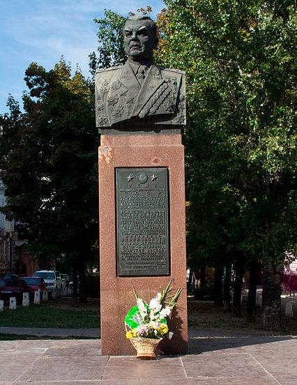 г. Одесса. Бюст дважды Герою Советского Союза, маршалу Малиновскому Р.Я., установленный в 1965 году на Преображенской улице в сквере. Скульптор - Вучетич Е.В.