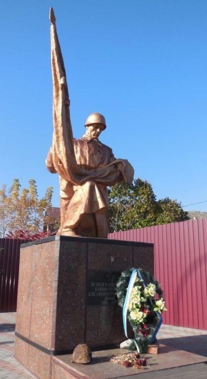 г. Ирпень (с. Романовка). Памятник в центре села, установленный на братской могиле воинов, погибших в боях за село.
