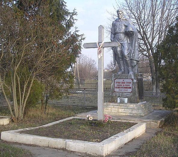 с. Пристромы Переяслав-Хмельницкого р-на. Памятник у дома культуры, установленный в 1963 году на братской могиле воинов, погибшим в годы войны.