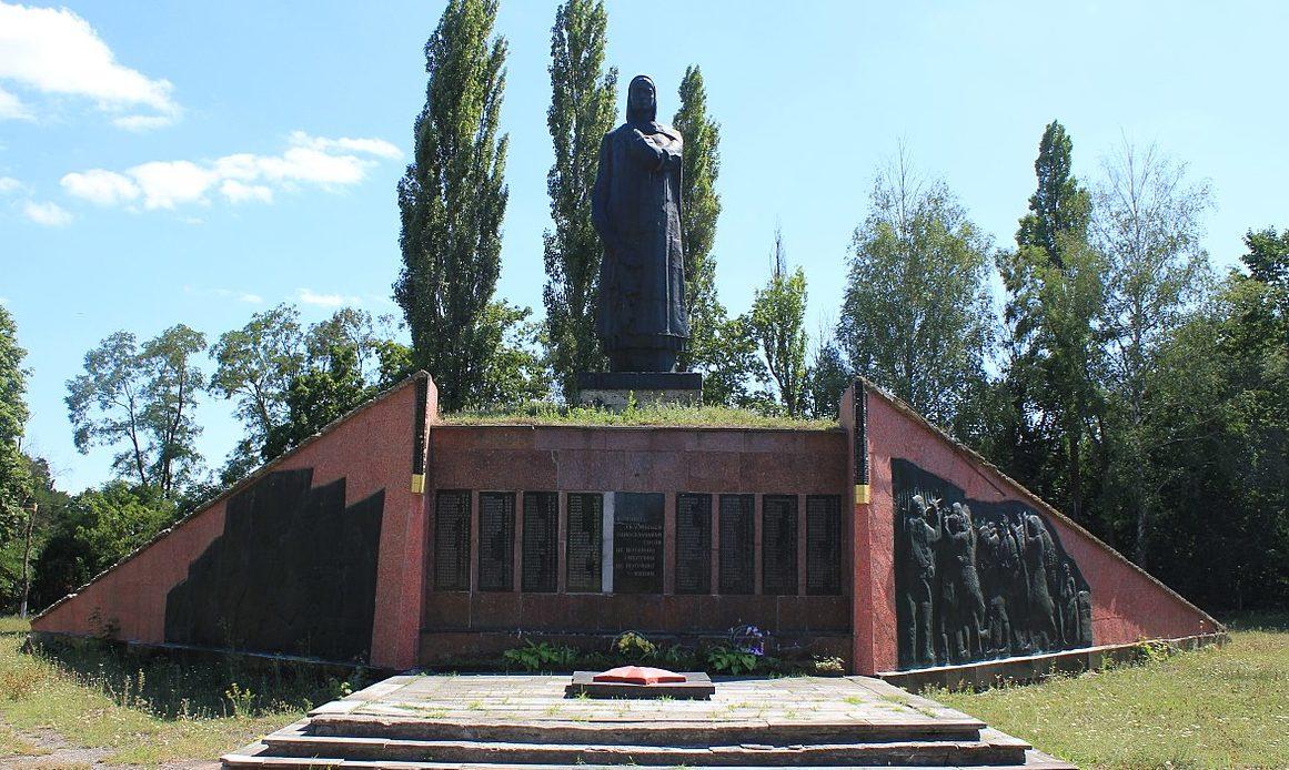 с. Фарбованное Яготинского р-на. Памятник воинам односельчанам, погибшим в годы войны.