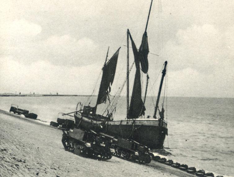 Разрушенные корабли в гавани. Дюнкерк, июнь 1940 г.