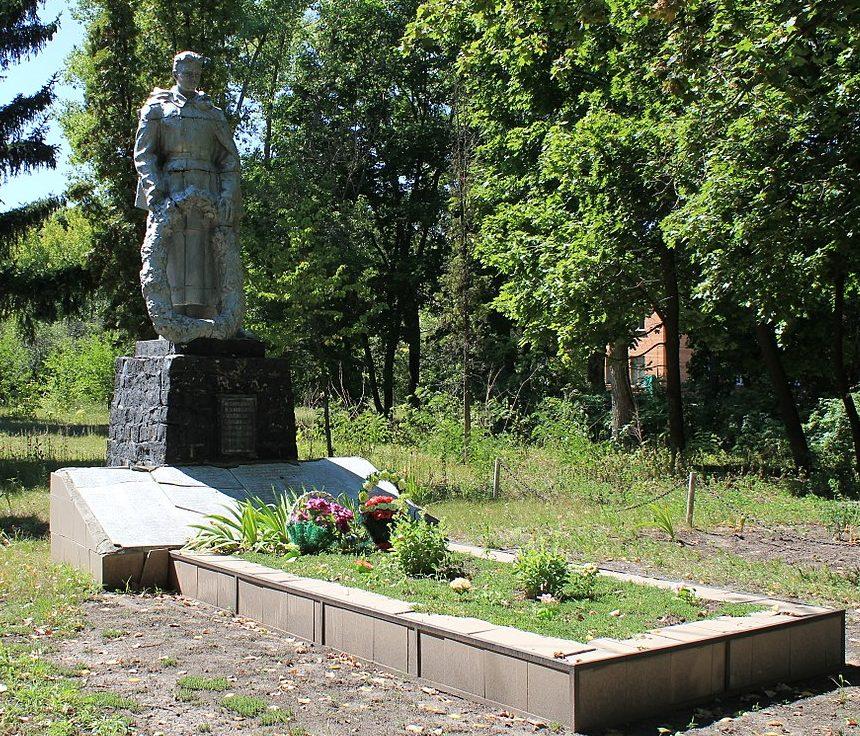 с. Фарбованное Яготинского р-на. Памятник, установленный на братской могиле воинов, погибших в годы войны.