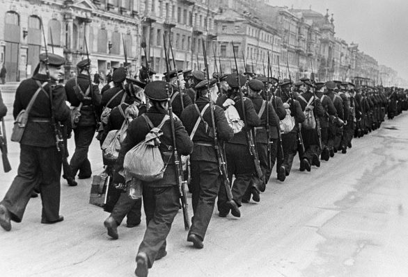 Моряки идут на фронт по улицам Ленинграда. Октябрь 1941 г.
