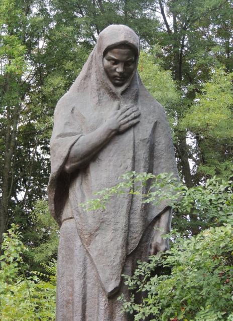 Памятник скорбной матери.