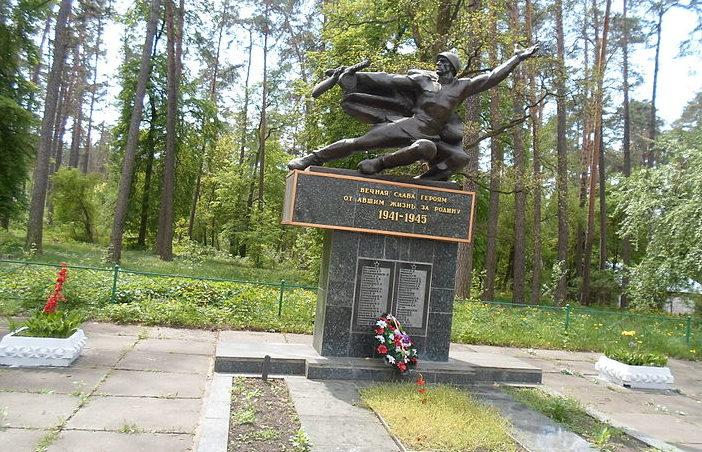 г. Ирпень (Ворзель). Памятник, установленный в 1967 году на братской могиле партизанок-разведчиц Марии Васильевны и Нины Афанасьевны Белостоцких.