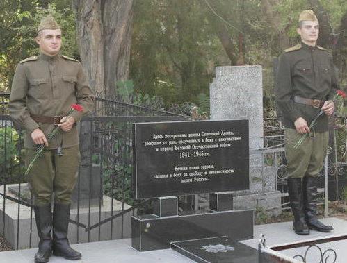 г. Белгород-Днестровский. Памятник на братской могиле, установленный в 1975 году на кладбище по улице Измаильской, в которой похоронено 38 воинов, погибших в годы войны.