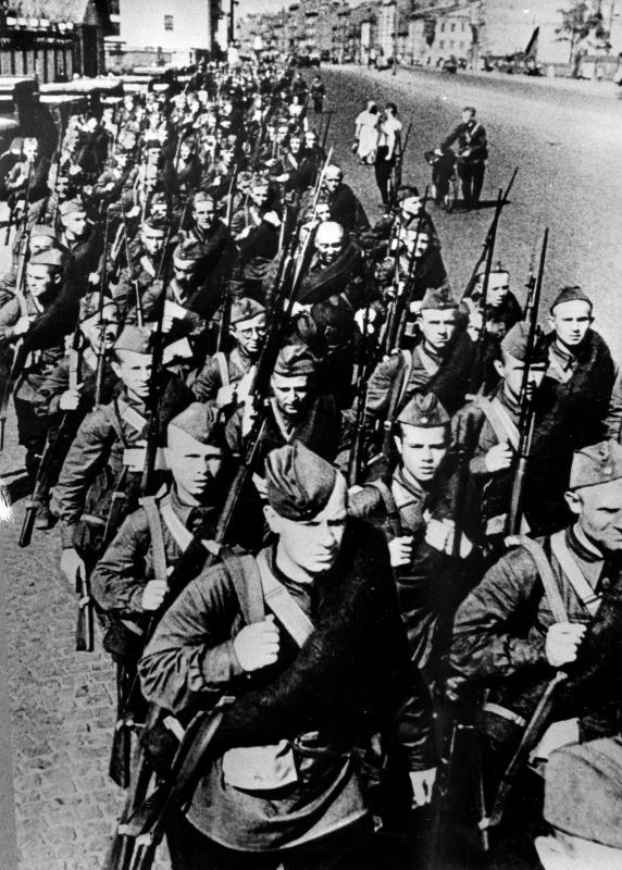 Бойцы Кировской дивизии народного ополчения отправляются на фронт. Октябрь 1941 г.
