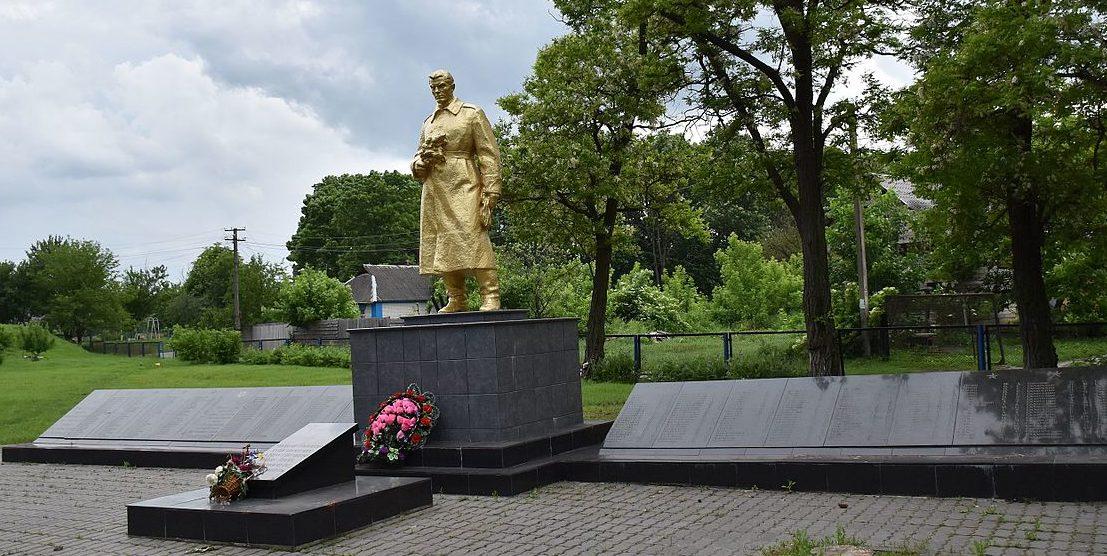 с. Копачив Обуховского р-на. Памятник в центре села, установленный в 1955 году на братской могиле воинов, погибших в годы войны.